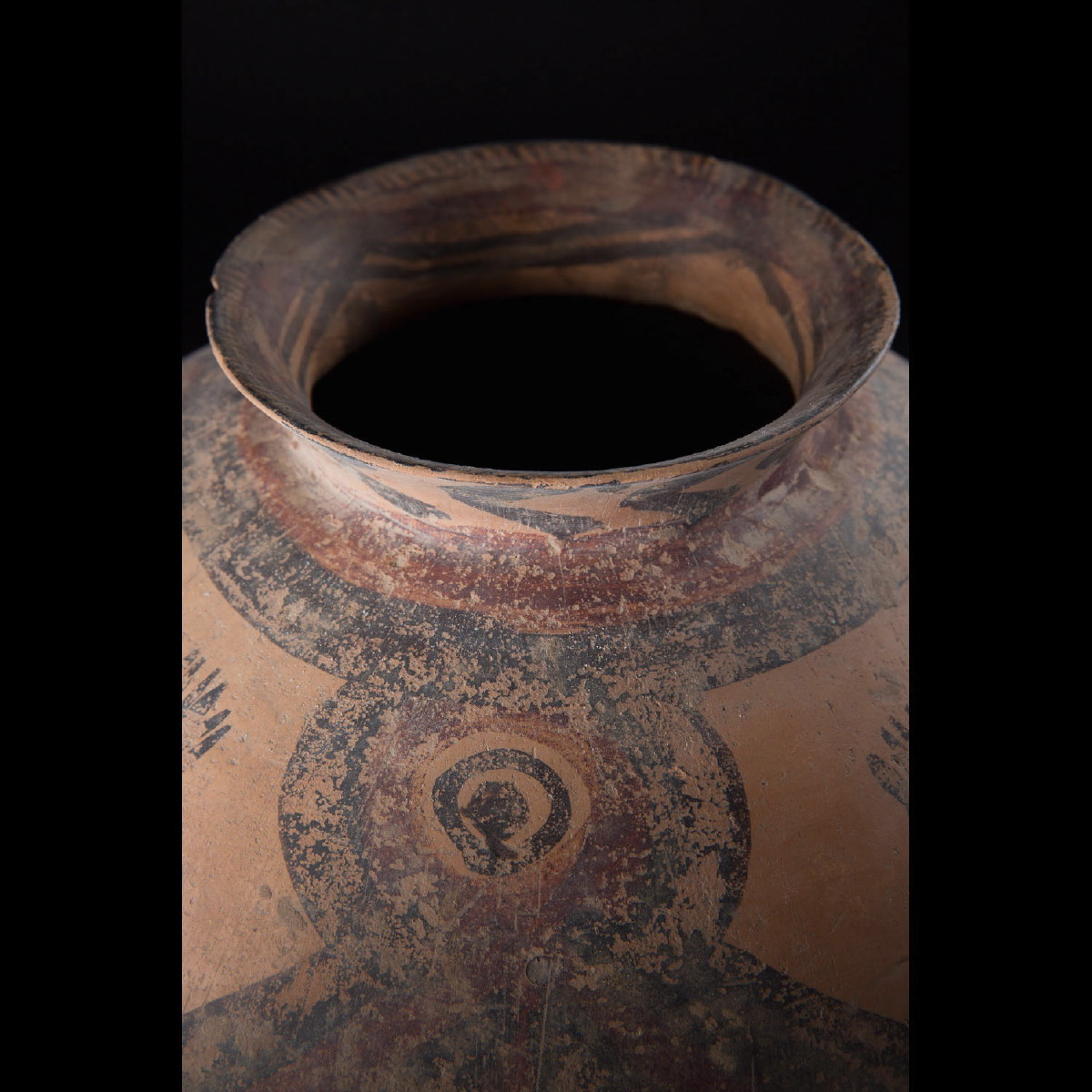 Photo of neolithic-yangshao-machiayao-chinese-vase-antropomorphic-design-galerie-golconda