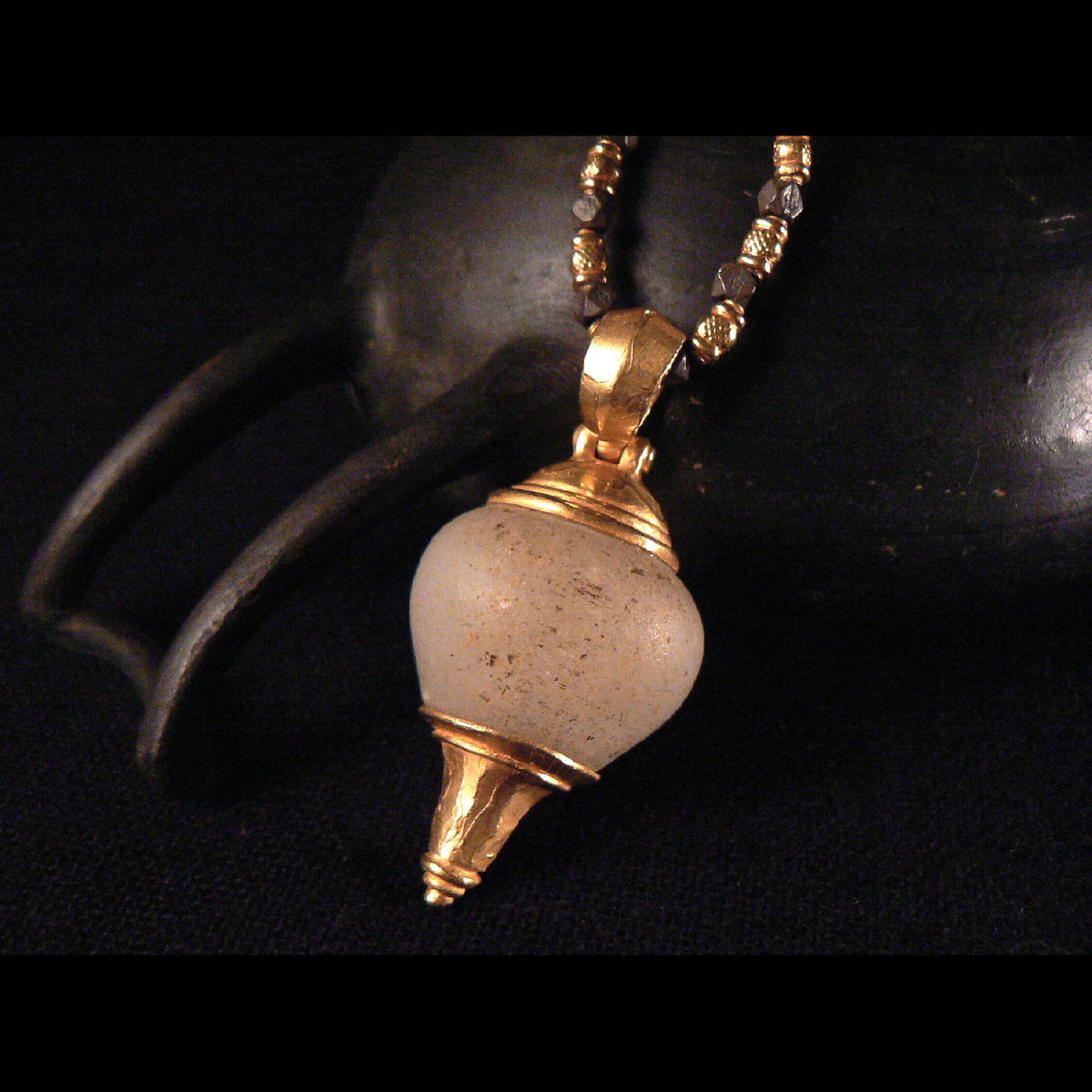 Photo of 22-carats-pendant-with-alabaster-bead