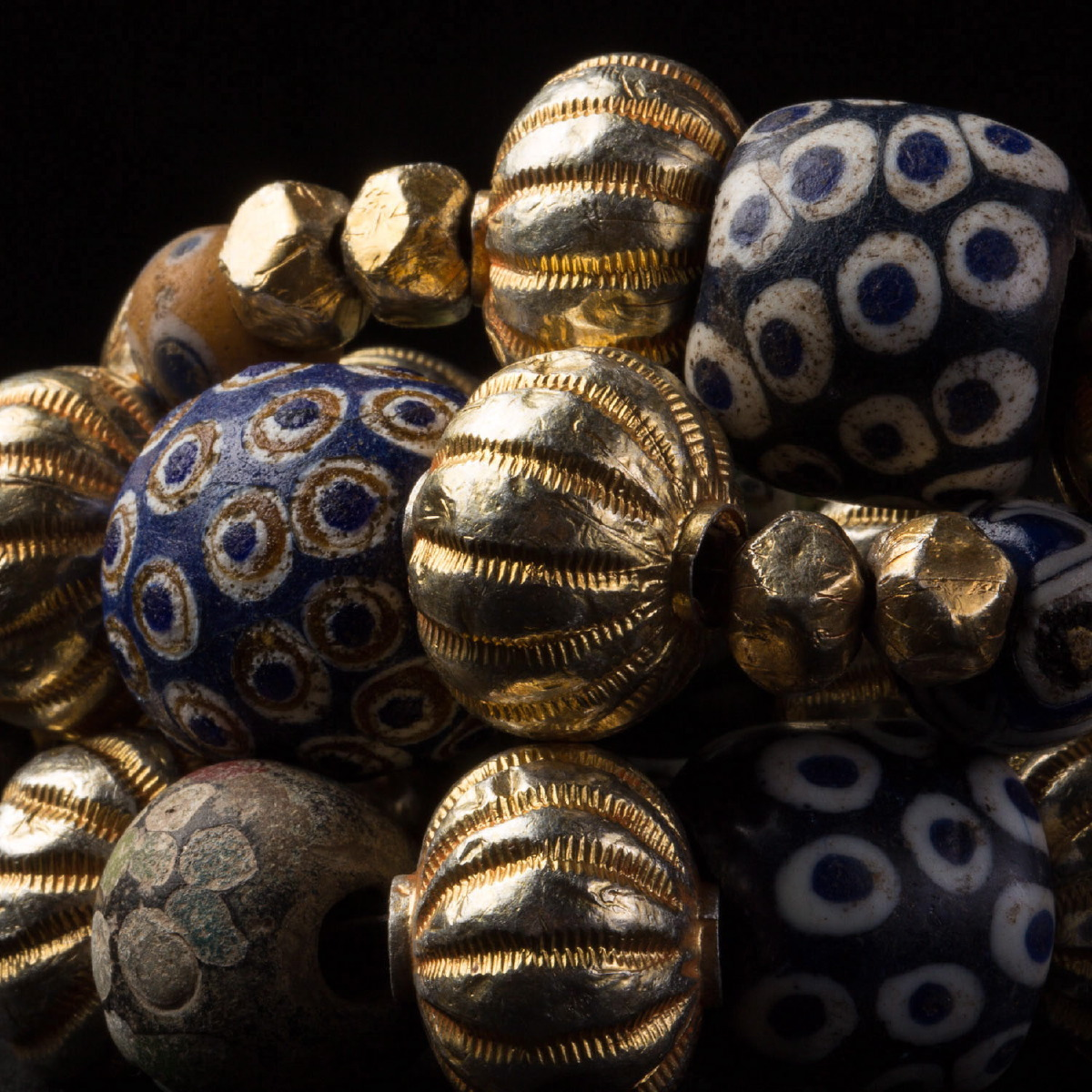 Photo of ancient-glass-pearls-and-gold-pearls-necklace-galerie-golconda