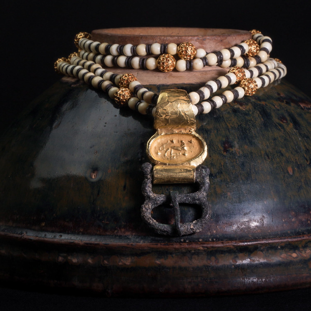Photo ofNECKLACE WITH ROMAN FIBULA PENDANT AND IVORY MING PEARLS