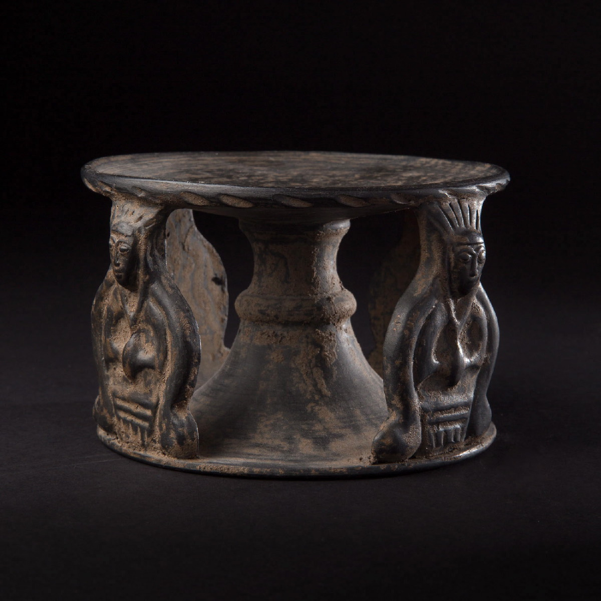 Photo of etruscan-bucchero-pedestal-galerie-golconda