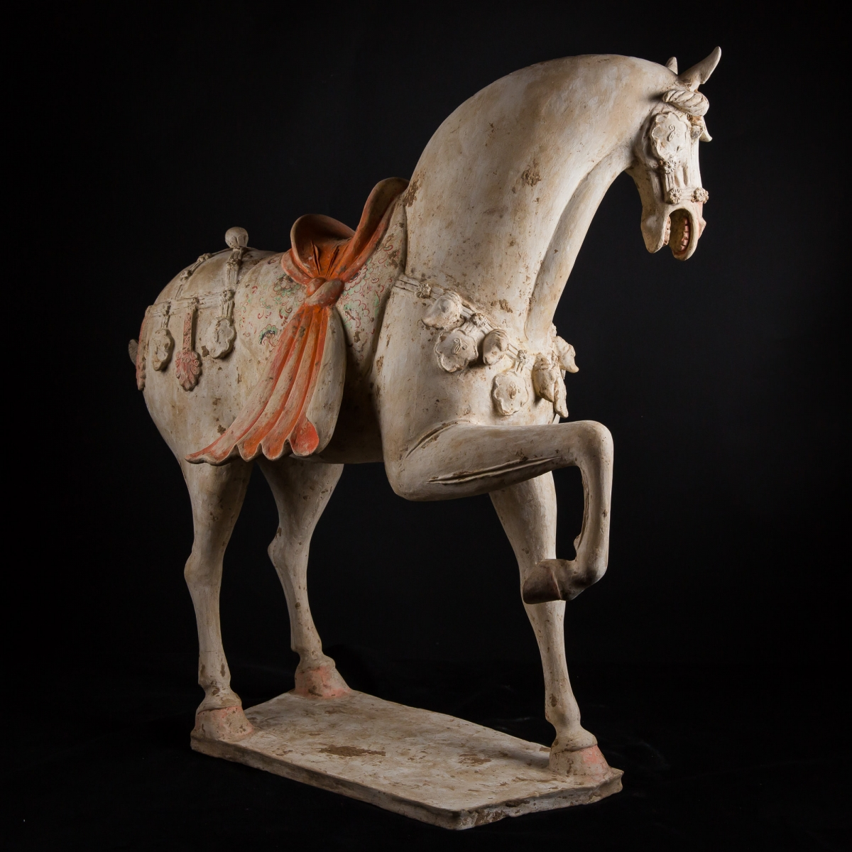 Photo of majestuous-white-horse-archeology-china-tang-galerie-golconda-specialist-ancient-art