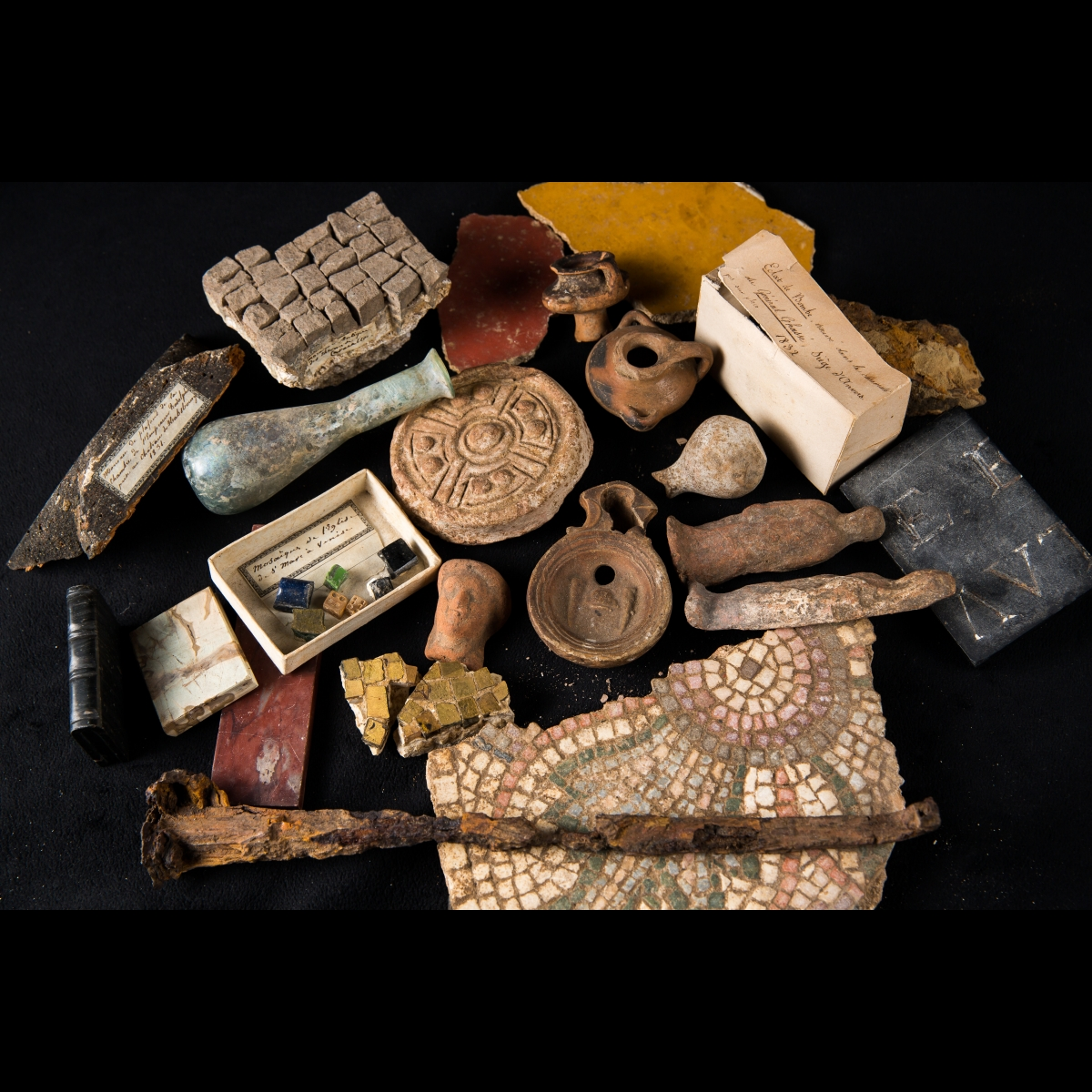 Photo of extraordinary-set-of-archaeological-souvenirs