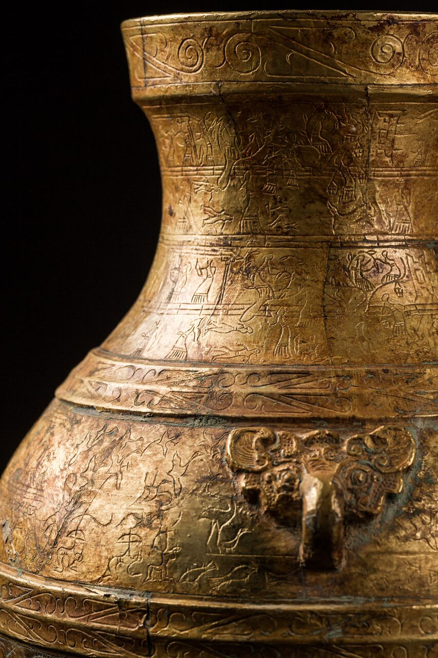 Photo of CHINESE HU VESSEL WITH BATTLE SCENES IN GOLD LEAF